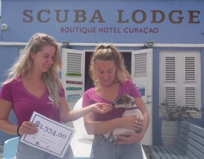 Scuba Lodge doneert ruim $2.400